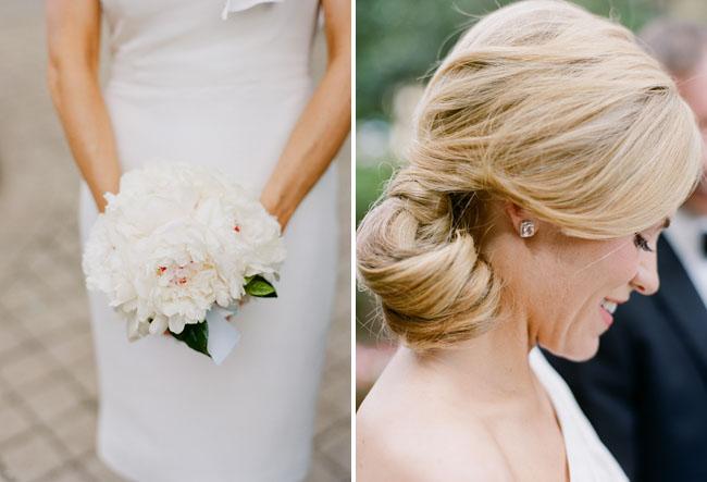 bouquet blanco y moño bajo como peinado de la novia