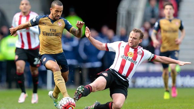 Arsenal's English midfielder Theo Walcott (2nd L) is challenged by Sunderland's English midfielder Lee Cattermole (2nd R) during the English Premier League football match between Sunderland and Arsenal at the Stadium of Light in Sunderland, northeast England on April 24, 2016. Graham Stuart / AFP