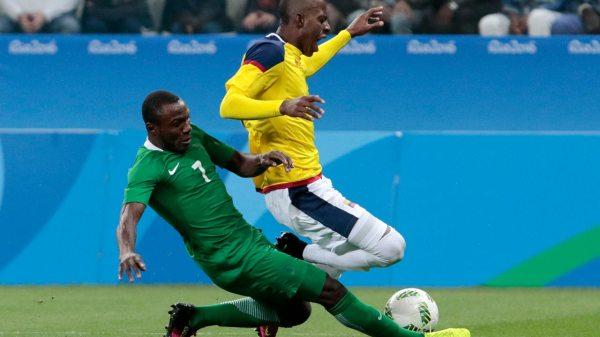 Cristian Borja (R) of Colombia, vies for the ball with Aminu Umar of Nigeria, during their Rio 2016 Olympic Games First Round Group B football men's match Colombia vs Nigeria at the Corinthians Arena, in Sao Paulo, Brazil, on August 10, 2016. Miguel SCHINCARIOL / AFP