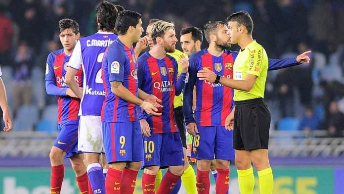 Barcelona's players protest after the Spanish league football match Real Sociedad vs FC Barcelona at the Anoeta stadium in San Sebastian, on November 27, 2016.  ANDER GILLENEA / AFP