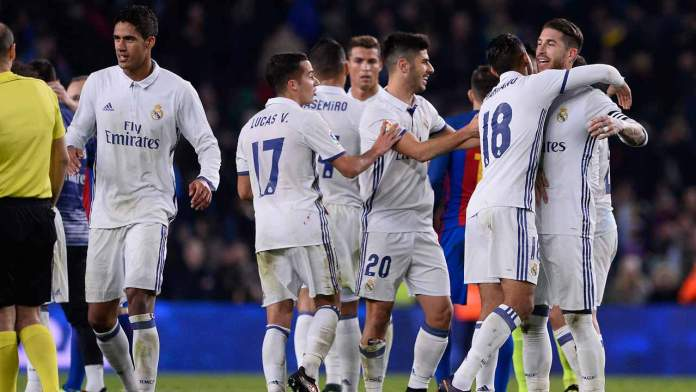 Real Madrid's defender Sergio Ramos (R) and teammates celebrate their 1-1 draw at the end of the Spanish league football match FC Barcelona vs Real Madrid CF at the Camp Nou stadium in Barcelona on December 3, 2016.  JOSEP LAGO / AFP