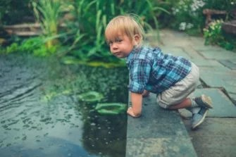 With a safety net, safety grille or safety cover for the pond, you can significantly reduce the dangers for children.