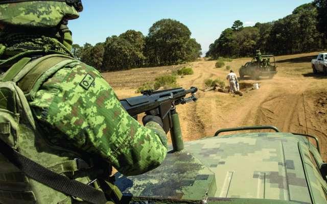 Personal militar recorre las zonas de ductos con equipos de Pemex para detectar tomas ilegales. FOTO: ARCHIVO/ CUARTOSCURO