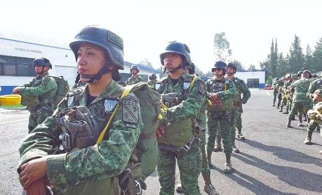 El equipo de los paracaidistas tiene un peso total de 25 kilogramos. Foto: Arturo Vega Vivanco