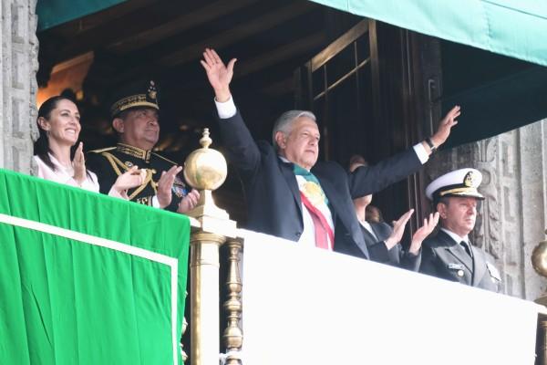 SOLEMNE. El Presidente observó el desfile desde el balcón de Palacio Nacional. Foto: Cuartoscuro