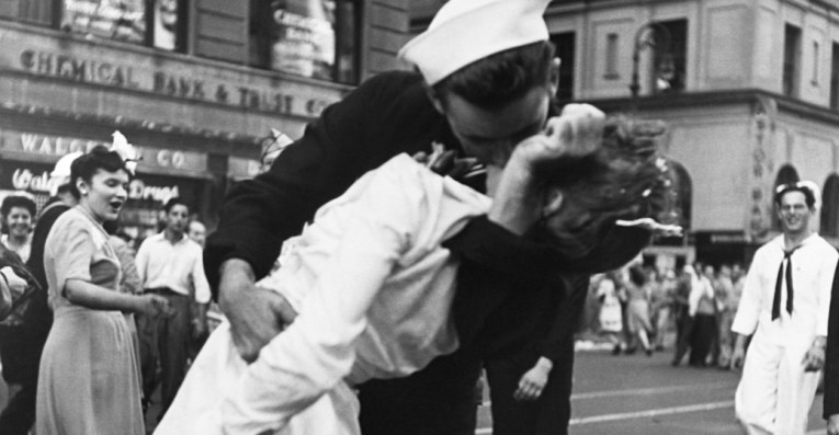 kissing the war goodbye in times square   End of World War II     times square  new york city  1945  japan s surrender  end of world war