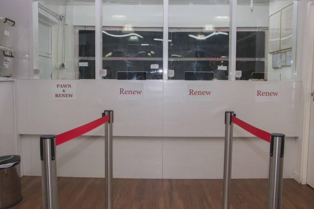 由於星期日為多數外傭的休息日,為應付人潮,位於中環的德華大押會開放二樓空間,提供免費冷氣及菲律賓電視節目,讓外傭享受假日。(張浩維攝)