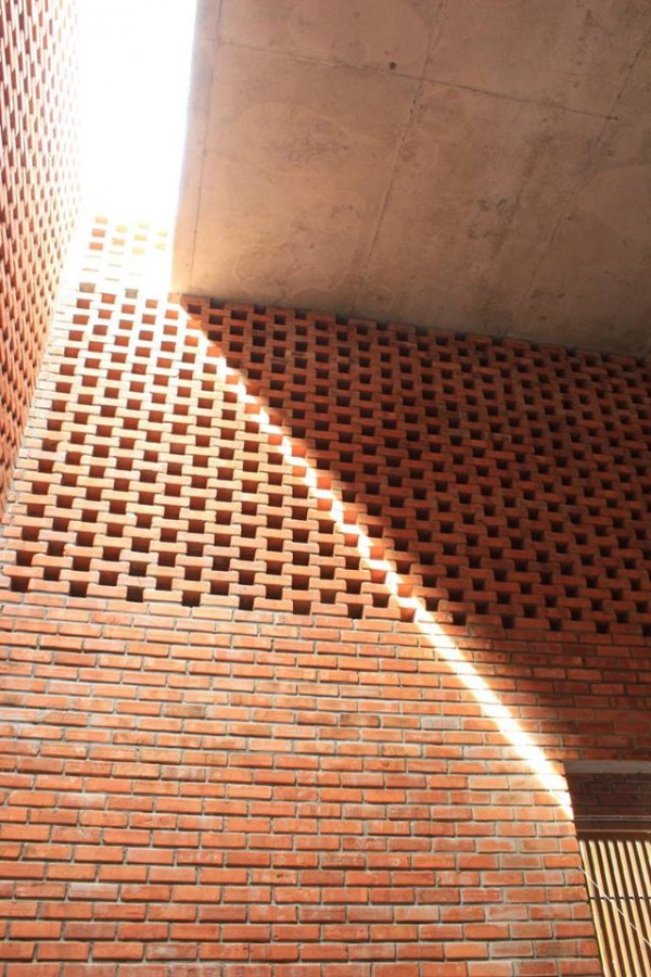 A Creative Brick House Controls The Interior Climate And