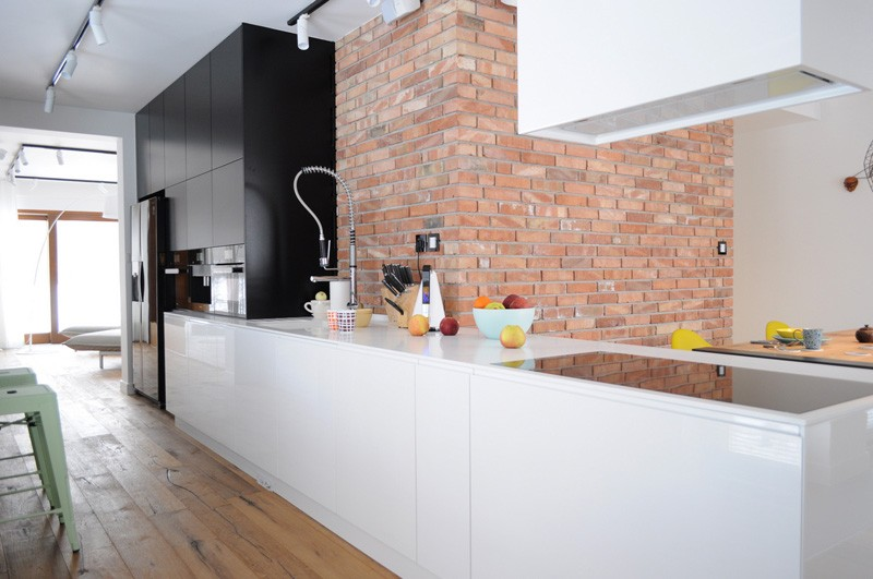Colorful-apartment-in-Poland-kitchen-brick-wall