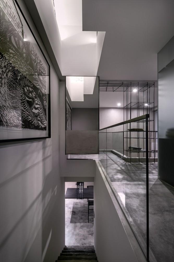 Woon-Tai-Ho-loft-artwoek-hallway