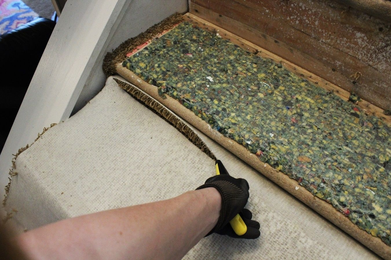 Update Your Staircase How To Remove And Install Carpet On The Stairs | Cutting Carpet For Stairs | Carpet Tiles | Carpet Runner | Stair Tread | Wooden Stairs | Stair Runner