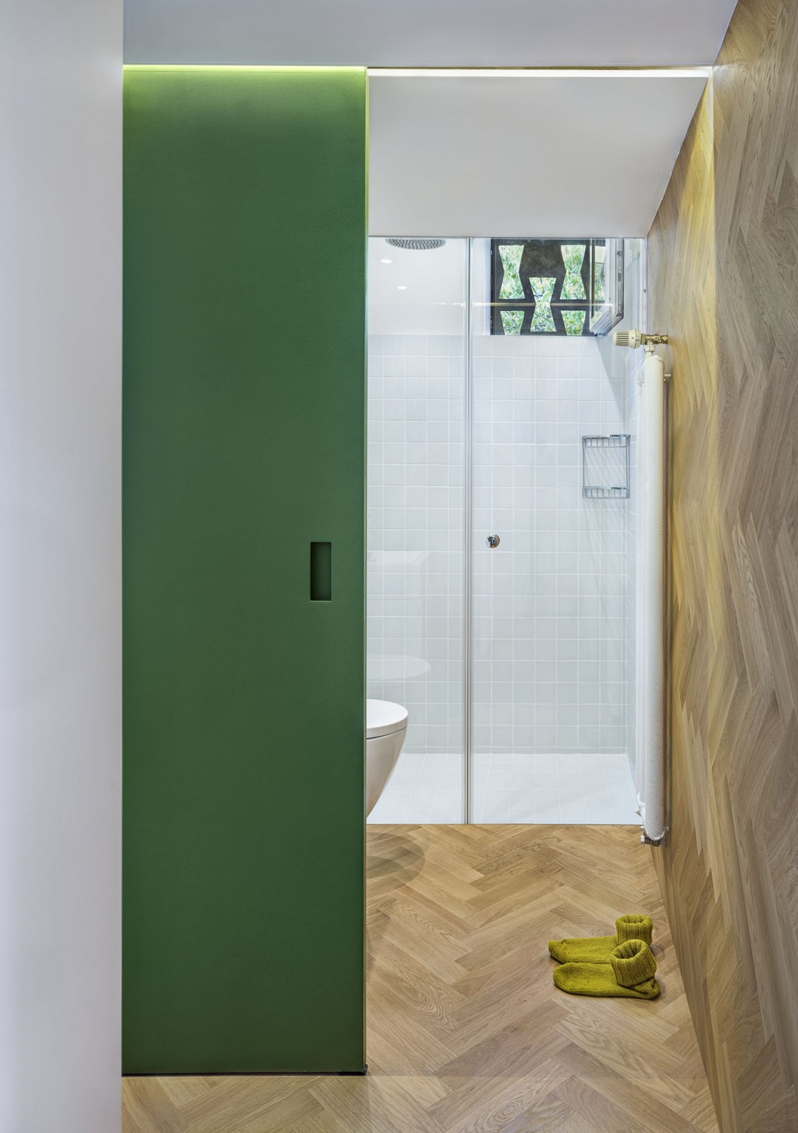 Apartment H01 en-suite bathroom parquet