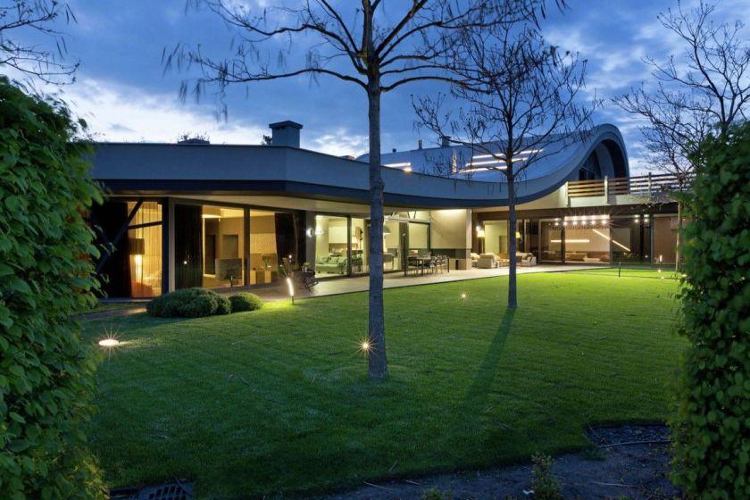 Stuning backyard landscape and house