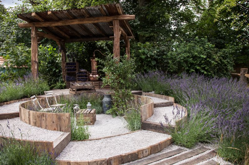 Backyard sunken area made from recycled pallets and gravel