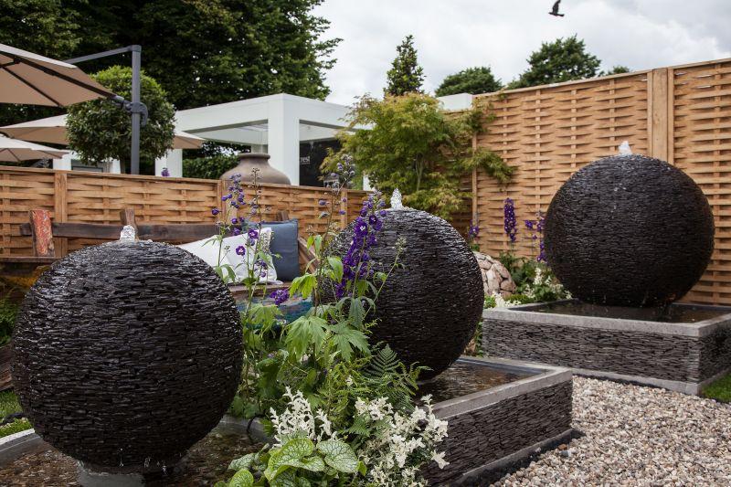Balls water features for a modern backyard