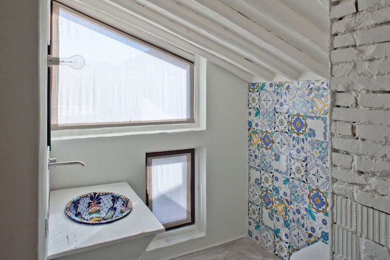 Renovated country house in Lucca bathroom patterns