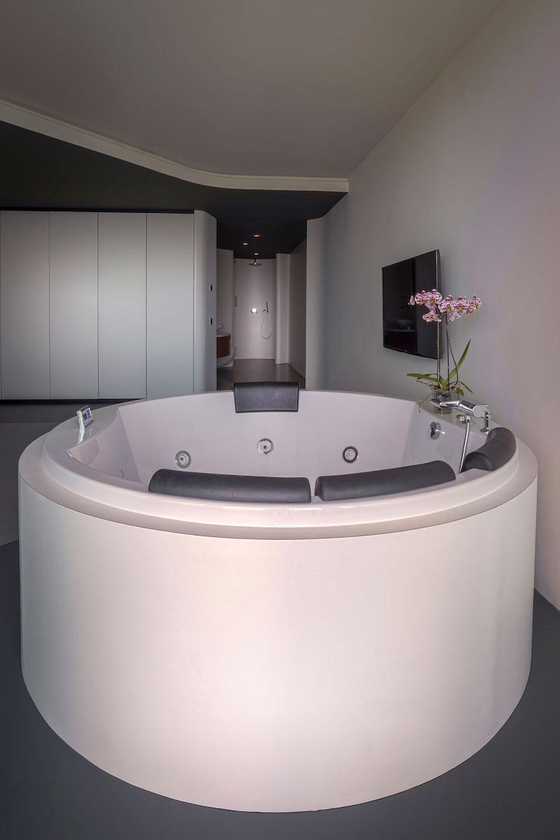 rotterdam-penthouse-master-bedroom-jacuzzi-tub