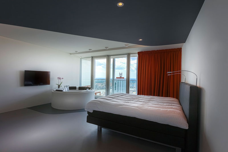 rotterdam-penthouse-master-bedroom-red-curtains