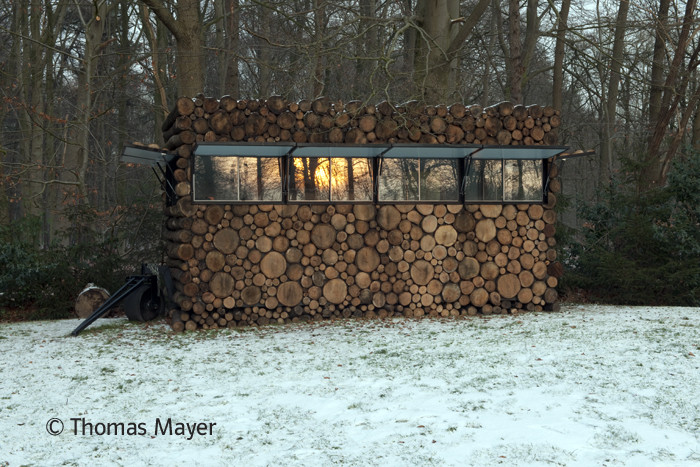 NLD, Niederlande, Hilversum, Blockhaus als Studierzimmer im Garten des Musik-Entertainers Hans Liberg. Design von Piet Hein Eek | NLD, The Netherlands, Hilversum, log house as study for music-entertainer Hans Liberg, design by Piet Hein Eek