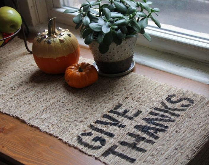 Thanksgiving burlap table decor