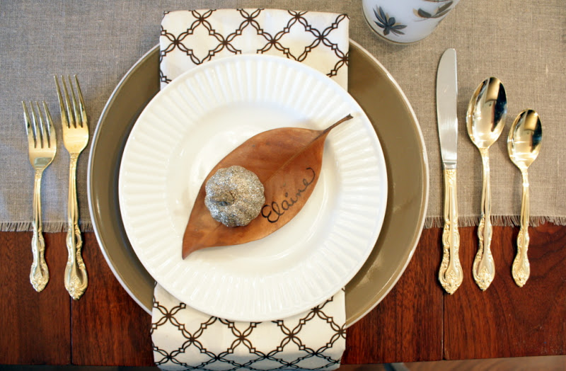 Thanksgiving plates decor with leaves