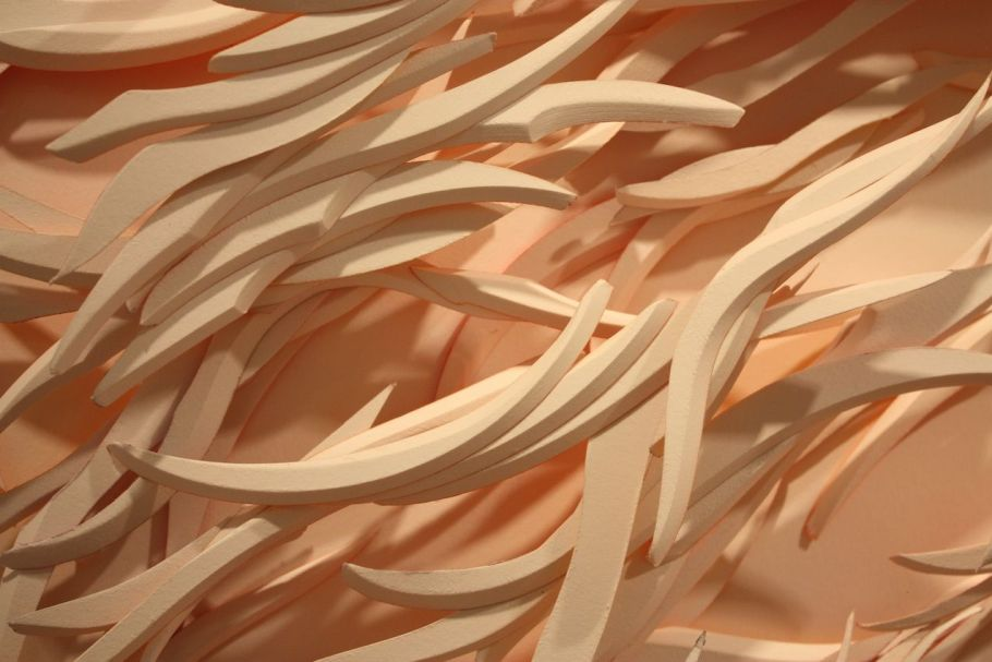 The slices of this paper call to mind marble, bone or porcelain because their smooth and undulating shapes.