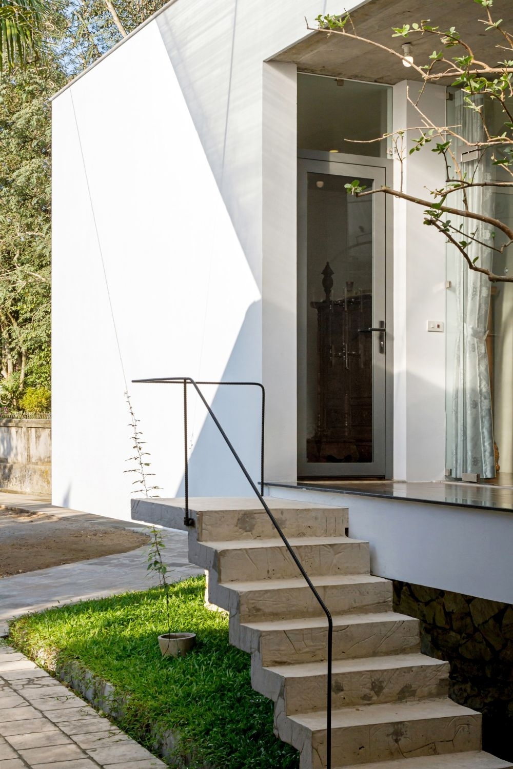 Modern Outdoor Stair Railing Designs And Ideas That Actually Make | Diy Handrails For Outdoor Stairs | Wood | Front Porch Railing Ideas | Porch | Stair Stringers | Pipe
