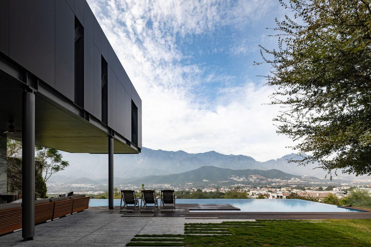 The gorgeous landscape unfolding in front of the house becomes a part of the building itself