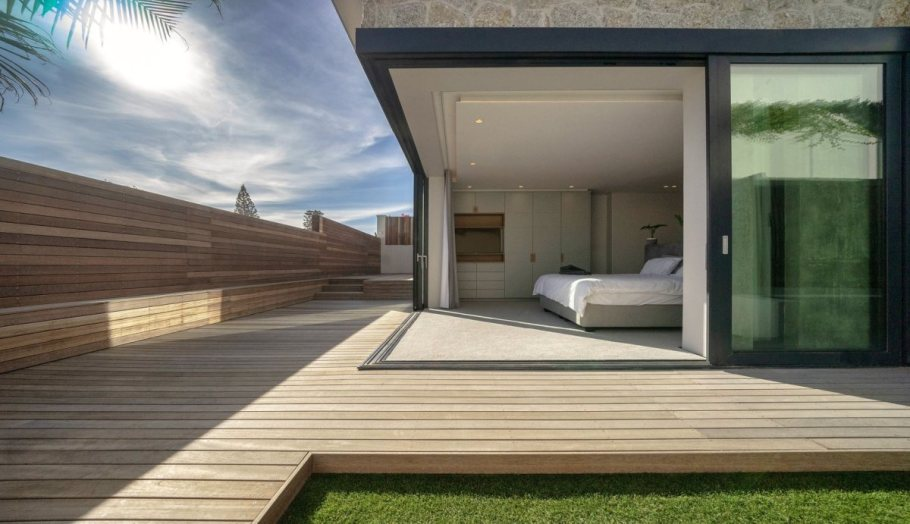 The fence bordering the site encloses the garden and the decks, creating a safe and intimate environment