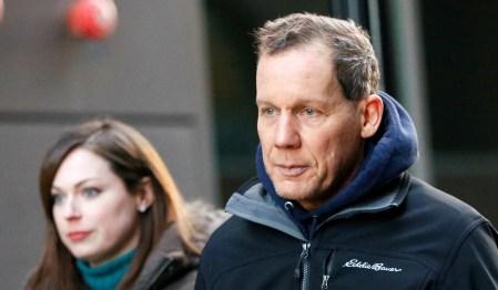 Charles Lieber deixa o tribunal federal em Boston em 30 de janeiro, depois que ele foi acusado de mentir sobre seus supostos vínculos com o governo chinês. Foto: Reuters
