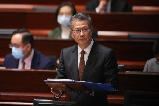 Il segretario finanziario Paul Chan Mo-po sta annunciando un enorme pacchetto di aiuti per gli Hong Kong.  Foto: KY Cheng