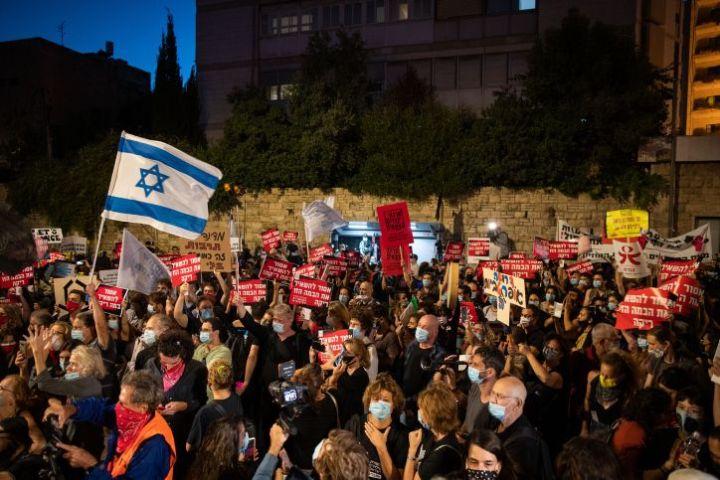 Illustration - Des Israéliens travaillant dans le domaine de la culture venus protester devant la résident du Premier ministre à Jérusalem, le 11 juillet 2020.