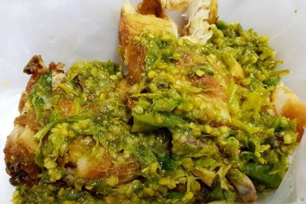 Resep Membuat Ayam Penyet Cabai Hijau, Pedasnya Bikin Ketagihan!