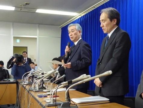 会見する日本年金機構の水島藤一郎理事長(右から2人目)(c)朝日新聞社