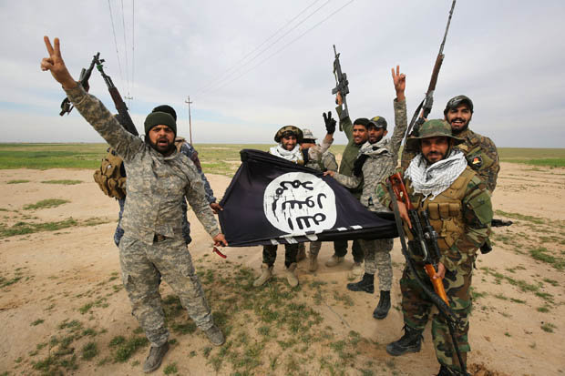 Soldiers holding ISIS flag