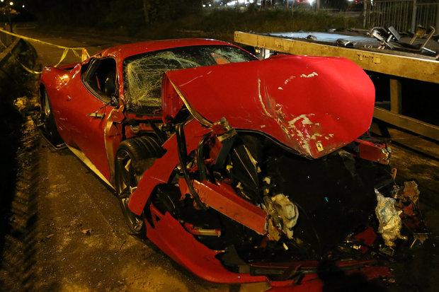 Ferrari involved in a 8 car pile-up in Croydon
