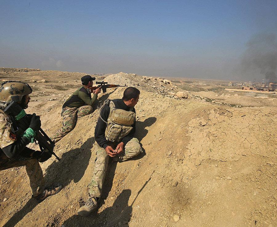 Un francotirador Apunta con su arma en las Posiciones de SI