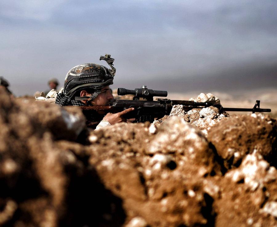 Los Miembros de la novena división del Ejército iraquí Tienen Una s posición En Una Colina en Talul al-Atshana