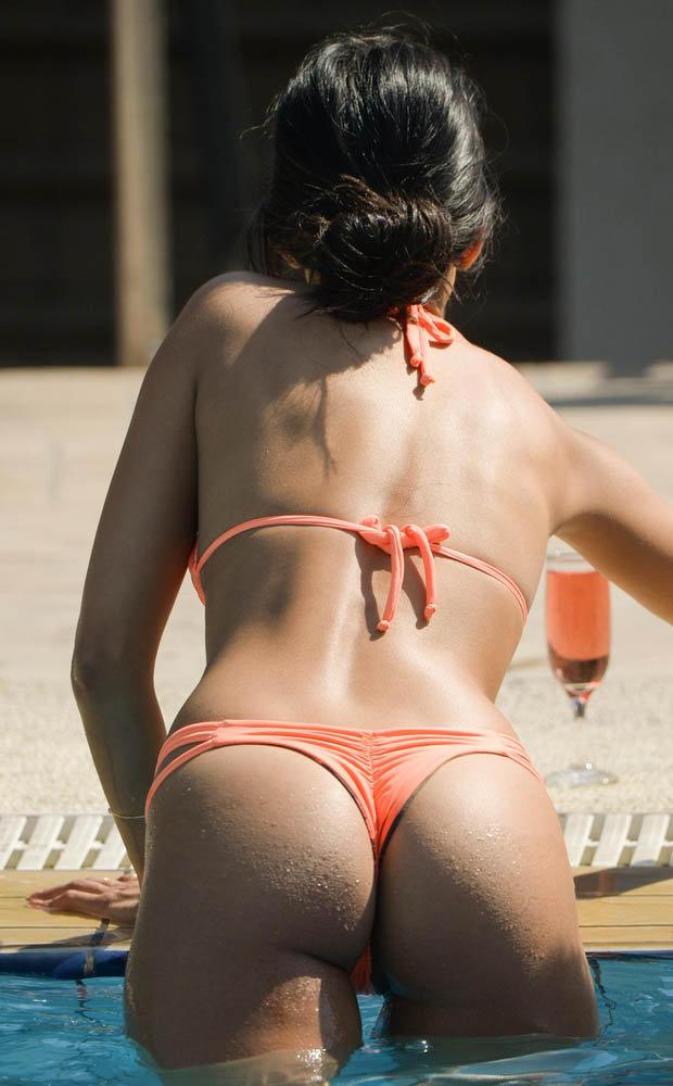 Jasmin Shows off her bum