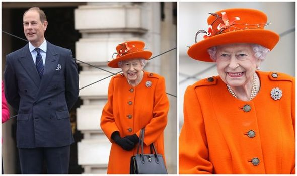 The Queen wears bold orange coat and £1,500 bag at Buckingham Palace today: 'Looks good!'