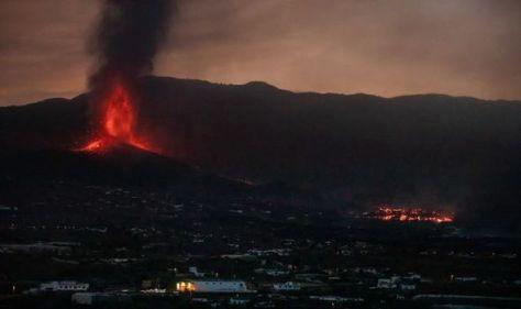 'We had minutes to pack!' Thousands of tourists escape La Palma volcano eruption