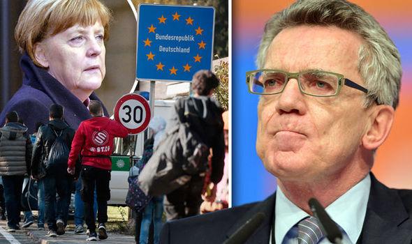 Thomas de Maizière, a la derecha, y los migrantes llegan en Alemania, dejó
