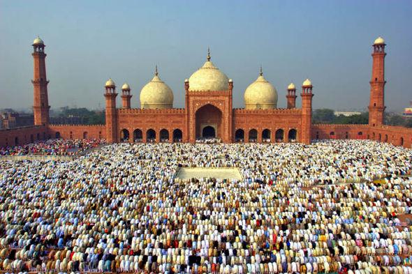 Hundreds of people praying