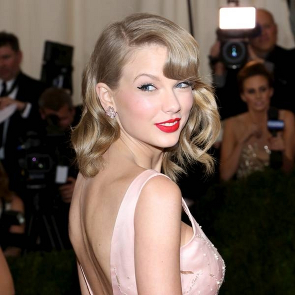 Taylor Swift And Rachel McAdams Join Reading Campaign