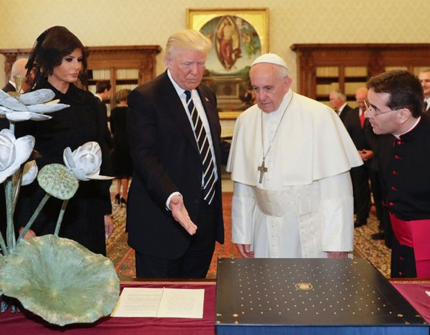 The Pope and the US President exchange gifts