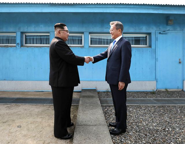 The leaders of North and South Korea have vowed to 'write a new chapter'