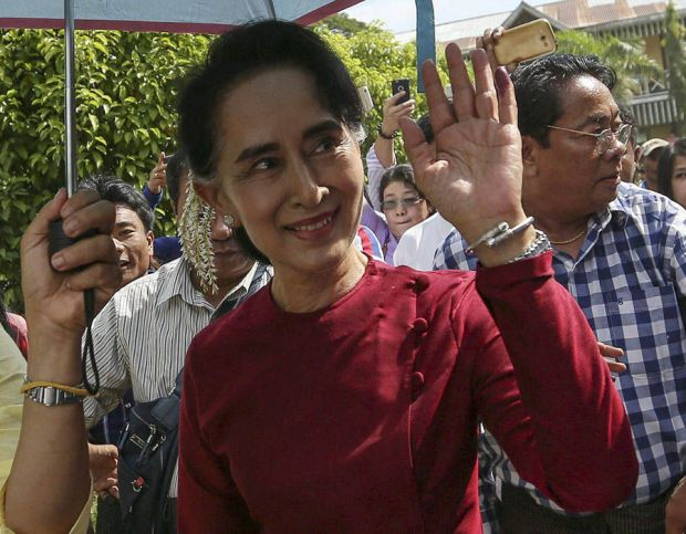 Aung San Suu Kyi waves to supporters