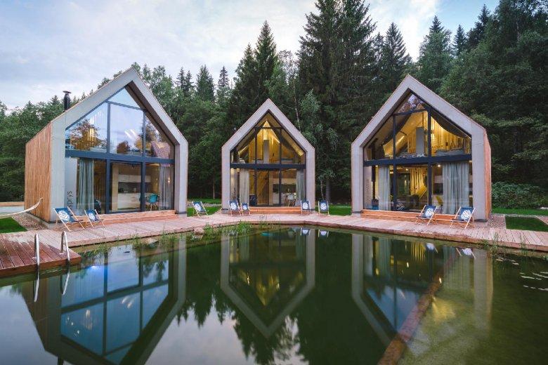 Вісім сімейних квартир і п'ять котеджів, розташованих трохи вище найвищого розміщеного ставка для купання в Польщі.