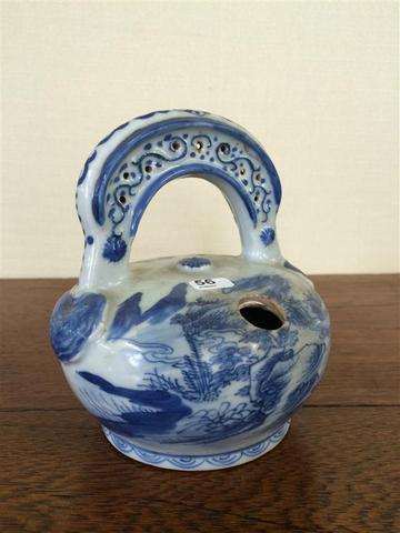 Théière en porcelaine de Chine bleu et blanc, à décor de paysage