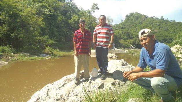 José María Arévalo, Héctor Berríos and Juan Hernán Molina (left to right), on the bank of the Titihuapa river, are three inhabitants of the Salvadoran town of Llano de La Hacienda, who are fighting against the El Dorado mine. Credit: Edgardo Ayala/IPS